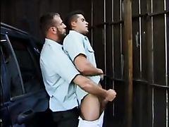 Dos policias heteros  haciendose una paja en el coche