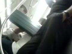 maduro caliente muestra su pene en el metro