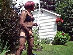 Chloe se masturbe dans sa cour arriere (3)