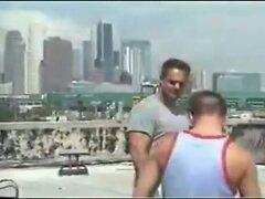 Mann und Boy auf dem Dach