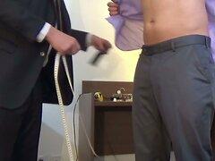 Le tailleur s'occupe de son client