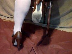 In Strumpfhose und Pumps die Stiefel gefickt