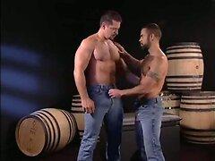 Vinnie De Angelo follandose a Steve Cruz